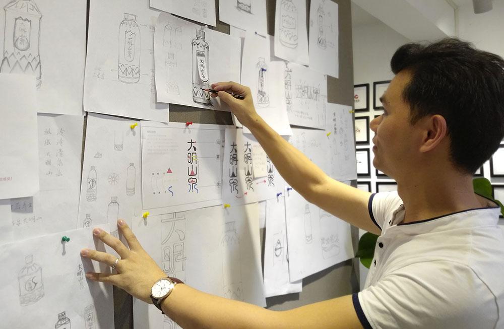 广西大明山泉包装设计-创意总监对瓶型设计细节进行调整