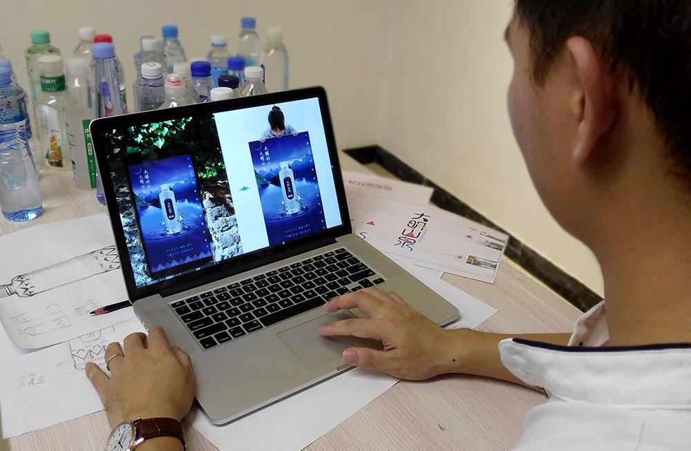 广西大明山泉推广海报设计-设计师在调整海报画面