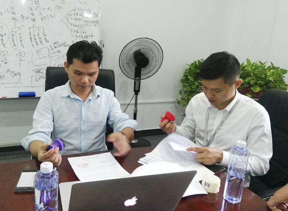 锐言设计ceo梁宏宁与极速名车CEO韦玮签约留影